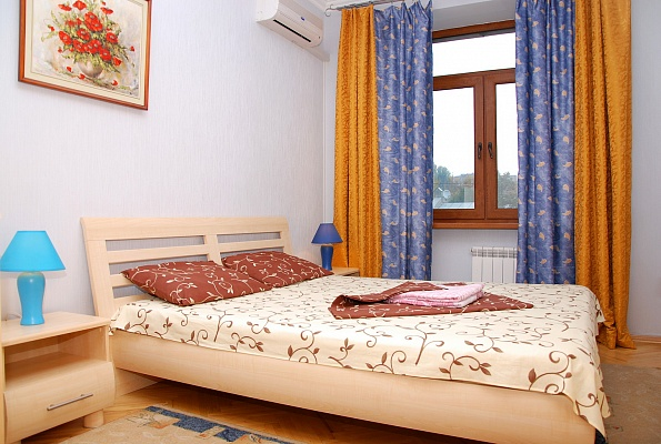 2-комнатная квартира посуточно в Киеве. Голосеевский район, ул. Красноармейская, 134. Фото 1