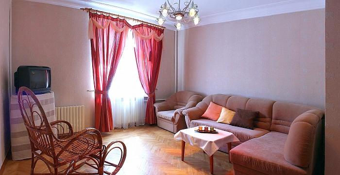 3-комнатная квартира посуточно в Севастополе. Ленинский район, ул. Генерала Петрова , 8. Фото 1