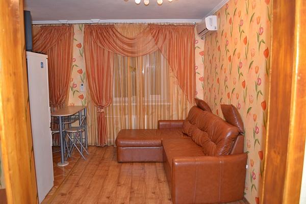 2-комнатная квартира посуточно в Ильичёвске. Пригород район, ул. Ленина, 20а. Фото 1