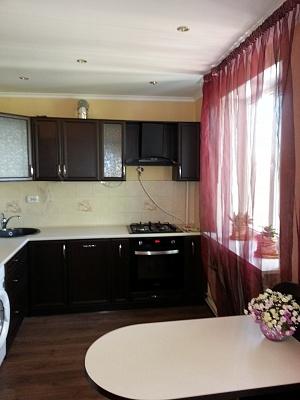 2-комнатная квартира посуточно в Симферополе. Железнодорожный район, ул. Луначарского, 5. Фото 1