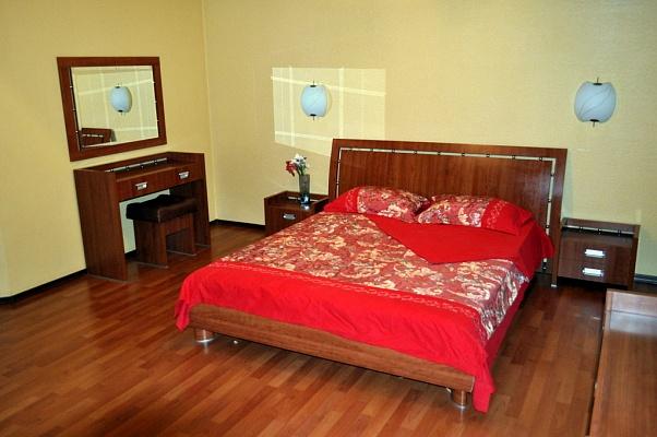 2-комнатная квартира посуточно в Донецке. Калининский район, пр-т Ильича, 29. Фото 1