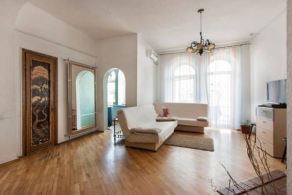4-комнатная квартира посуточно в Киеве. Подольский район, Андреевский спуск, 11. Фото 1