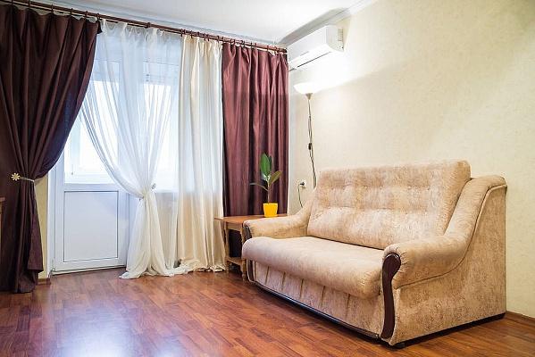 1-комнатная квартира посуточно в Днепропетровске. Октябрьский район, ул. Жуковского, 4-А. Фото 1