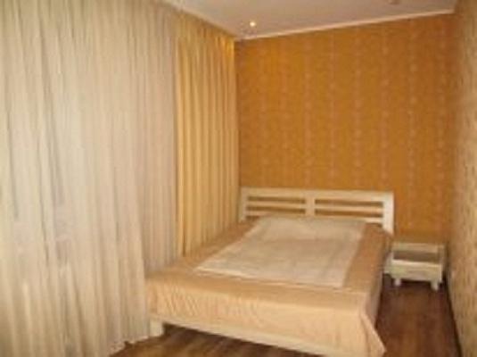 2-комнатная квартира посуточно в Луганске. Ленинский район, пл. Героев ВОВ, 7. Фото 1