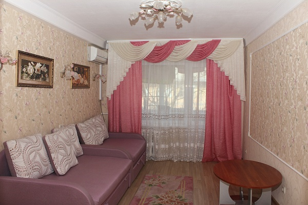 2-комнатная квартира посуточно в Киеве. Соломенский район, ул. Соломенская, 21. Фото 1