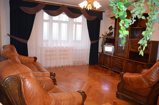 3-комнатная квартира посуточно в Ровно. ул. Соборная, 416. Фото 1