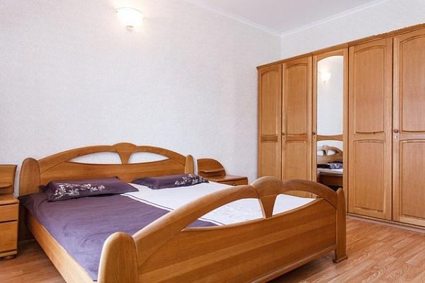 2-комнатная квартира посуточно в Днепропетровске. Бабушкинский район, ул. Воскресенская (Ленина), 21а. Фото 1