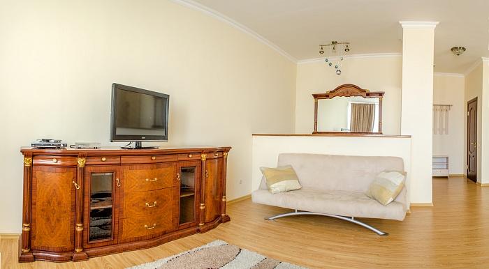4-комнатная квартира посуточно в Одессе. Приморский район, ул. Маразлиевская, 10. Фото 1