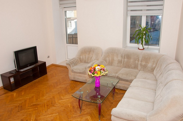 3-комнатная квартира посуточно в Одессе. Приморский район, ул. Льва Толстого, 14. Фото 1