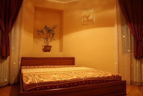 2-комнатная квартира посуточно в Днепропетровске. Кировский район, ул. В.Чапленка (Фрунзе), 20. Фото 1