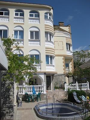Дом  посуточно в Севастополе. Гагаринский район, ул. Краснодонцев, 64. Фото 1