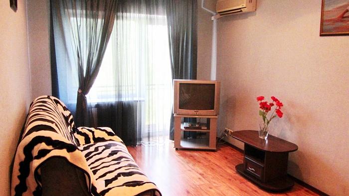 1-комнатная квартира посуточно в Кривом Роге. Дзержинский район, металургов, 9. Фото 1
