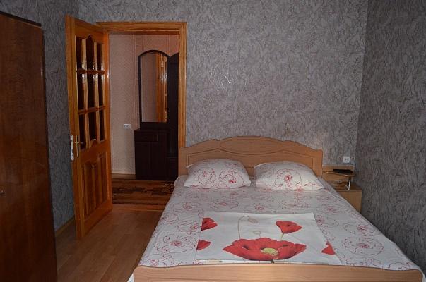 2-комнатная квартира посуточно в Ялте. ул. Садовая, 21. Фото 1