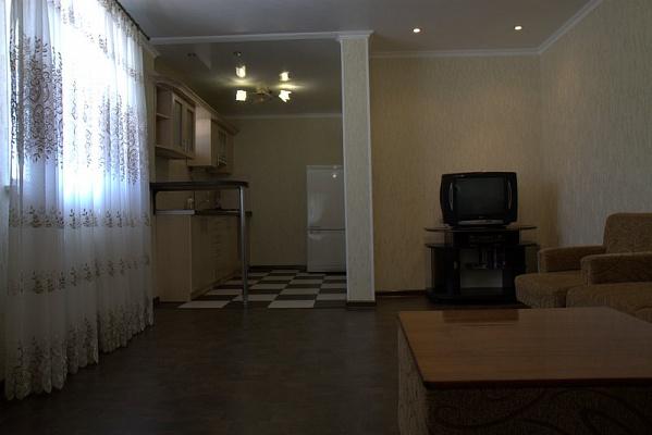2-комнатная квартира посуточно в Евпатории. ул. Революции, 19. Фото 1