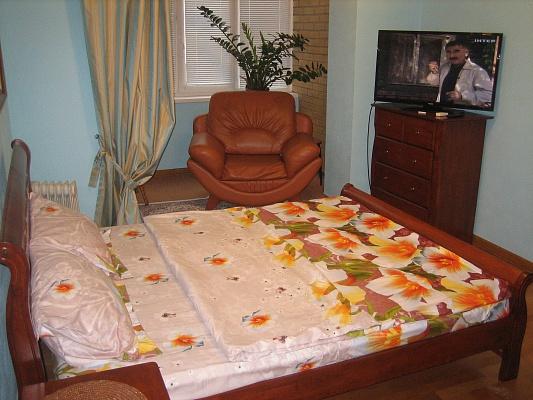 2-комнатная квартира посуточно в Киеве. Днепровский район, ул. Никольско-Слободская, 4В. Фото 1