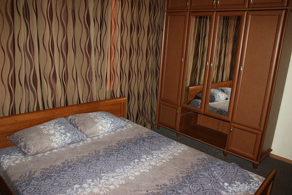3-комнатная квартира посуточно в Днепропетровске. Кировский район, ул. Привокзальная, 3. Фото 1