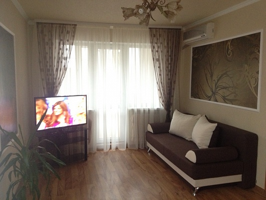 1-комнатная квартира посуточно в Донецке. Киевский район, ул. Артема, 163а. Фото 1