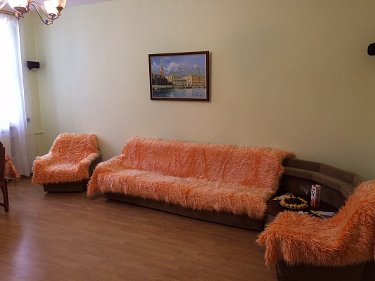 3-комнатная квартира посуточно в Ильичёвске. пл. Труда, 2. Фото 1