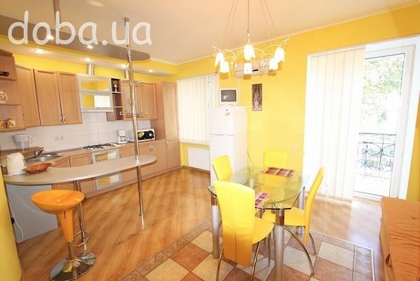 3-комнатная квартира посуточно в Феодосии. ул. Федько, 41. Фото 1