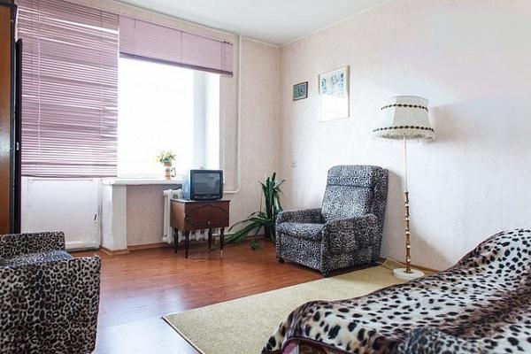 1-комнатная квартира посуточно в Днепропетровске. Амур-Нижнеднепровский район, ул. Кожемяки, 11. Фото 1