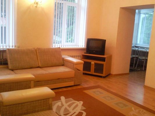 1-комнатная квартира посуточно в Ялте. ул. Чехова, 19. Фото 1