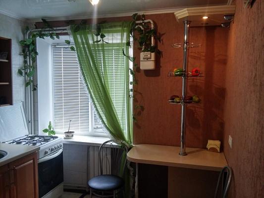 1-комнатная квартира посуточно в Артемовске. ул. Чайковского, 24. Фото 1