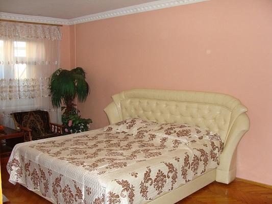2-комнатная квартира посуточно в Черновцах. Шевченковский район, ул. Комарова, 32. Фото 1