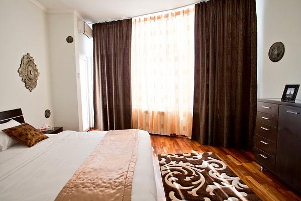 3-комнатная квартира посуточно в Киеве. Шевченковский район, ул. Саксаганского, 121. Фото 1