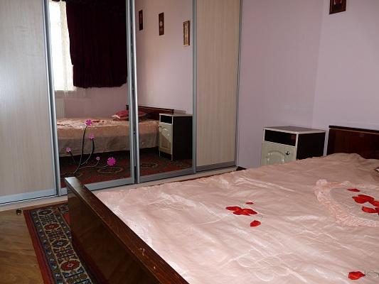 2-комнатная квартира посуточно в Ивано-Франковске. ул. Железнодорожная, 8. Фото 1