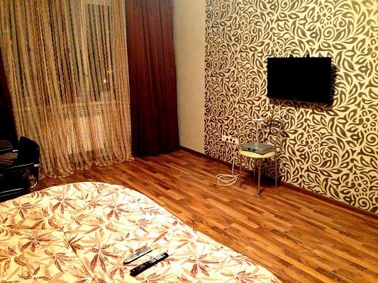 1-комнатная квартира посуточно в Киеве. Дарницкий район, ул. Ларисы Руденко, 8. Фото 1