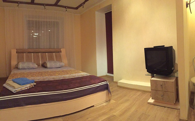 2-комнатная квартира посуточно в Днепропетровске. Кировский район, пр-т А. Поля, 1. Фото 1