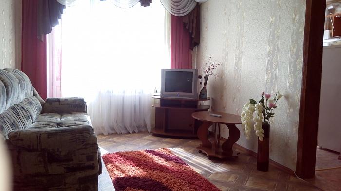 2-комнатная квартира посуточно в Запорожье. Орджоникидзевский район, ул. Сталеваров, 21а. Фото 1