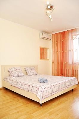 2-комнатная квартира посуточно в Киеве. Дарницкий район, пр-т Бажана, 10. Фото 1