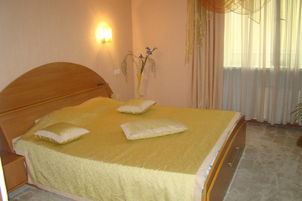2-комнатная квартира посуточно в Ильичёвске. ул. Героев Сталинграда, 1. Фото 1