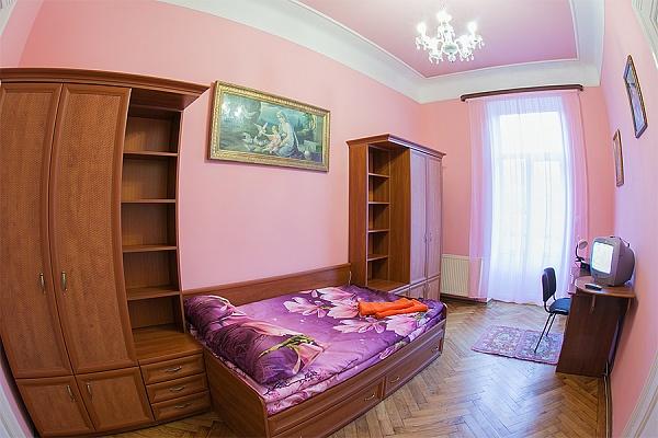 3-комнатная квартира посуточно в Львове. Лычаковский район, ул. Личаковская, 50. Фото 1