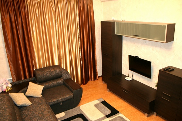 2-комнатная квартира посуточно в Донецке. Киевский район, ул. Артема, 159. Фото 1