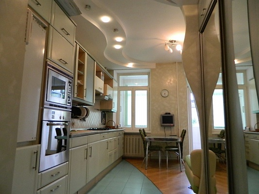 2-комнатная квартира посуточно в Одессе. Приморский район, ул. Малая Арнаутская, 88. Фото 1