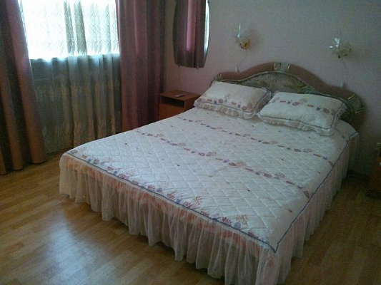 2-комнатная квартира посуточно в Днепропетровске. Бабушкинский район, ул. Артема, 2. Фото 1