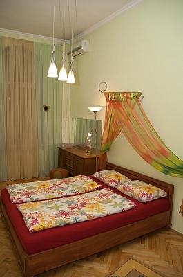 2-комнатная квартира посуточно в Киеве. Печерский район, ул. Большая Васильковская , 106. Фото 1