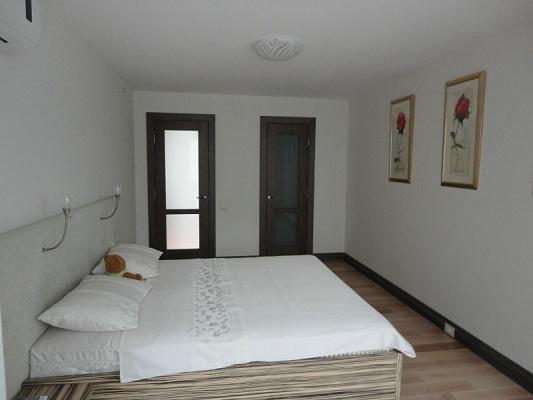 2-комнатная квартира посуточно в Ильичёвске. ул. Ленина, 13А. Фото 1