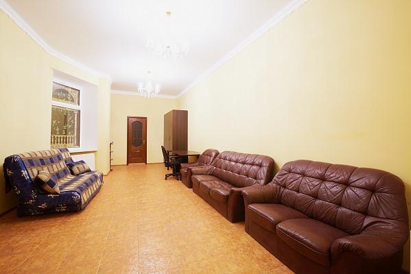 2-комнатная квартира посуточно в Львове. Галицкий район, пл. Д. Галицкого, 4. Фото 1