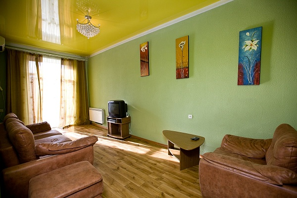 2-комнатная квартира посуточно в Днепропетровске. Кировский район, пр-т Д.Яворницкого (Карла Маркса), 90. Фото 1
