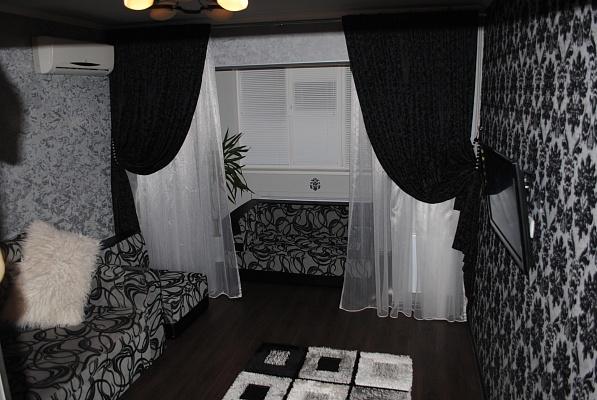 1-комнатная квартира посуточно в Луганске. Октябрьский  район, ул. Тухачевского, 1. Фото 1