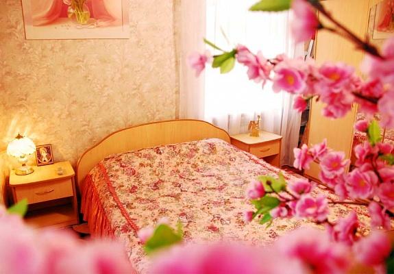 2-комнатная квартира посуточно в Днепропетровске. Октябрьский район, пр-т Карла Маркса, 37. Фото 1